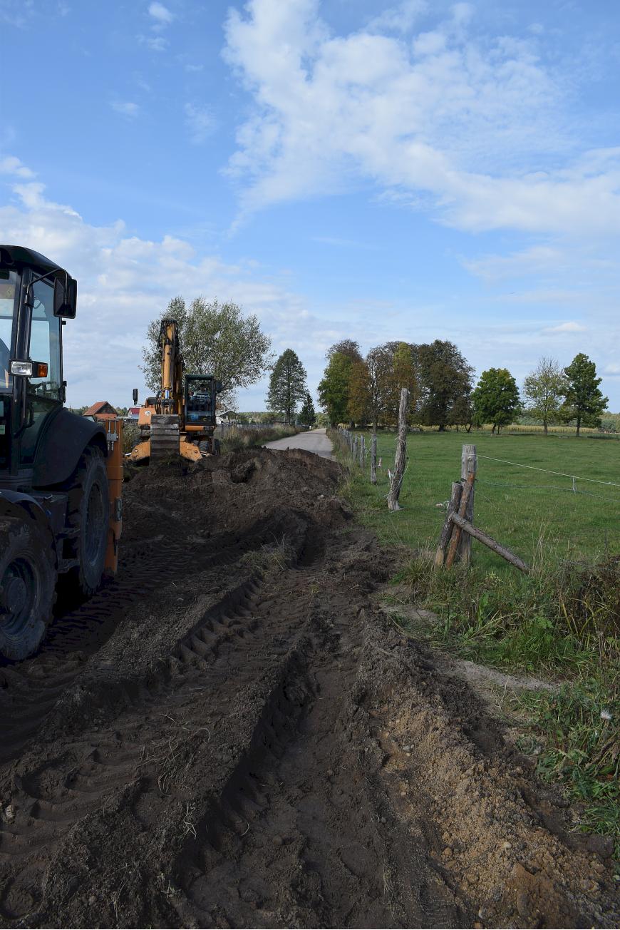 Zdjęcie przedstawia trwające prace przy budowie sieci wodociągowej na ul. Kościelnej w Świętajnie