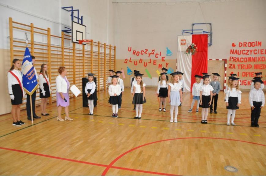 Zdjęcie przedstawia uczniów Szkoły Podstawowej w Świętajnie podczas uroczystości z okazji Dnia Edukacji Narodowej