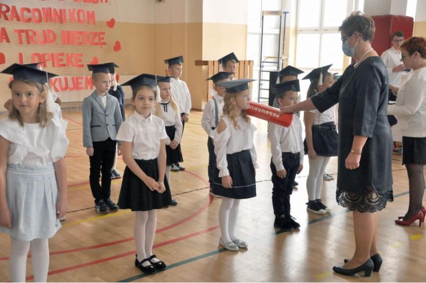 Zdjęcie przedstawia uczniów klasy pierwszej Szkoły Podstawowej w Świętajnie podczas pasowania